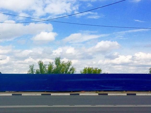 Не зря стоял 9 лет. Синий забор на Нижневолжской набережной может стать памятником