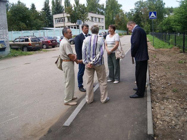 Новый тротуар появился у школы № 44 в Советском районе