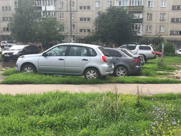12 протоколов за парковку на газонах составили инспекторы АТИ в ходе рейда по ул. Свобода