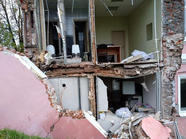 Дожди и ветхость. Названы причины обрушения стены здания в центре Нижнего Новгорода