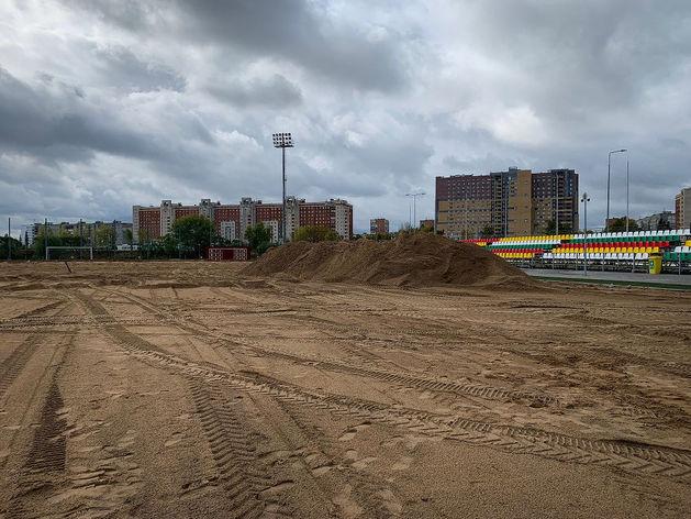 На площадке ФОКа «Мещерский» началась замена натурального покрытия поля на искусственное