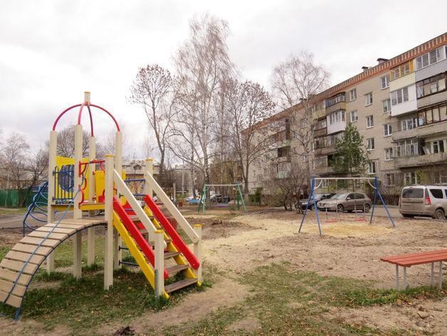 Новая детская площадка и благоустроенный двор появились на улице Лескова