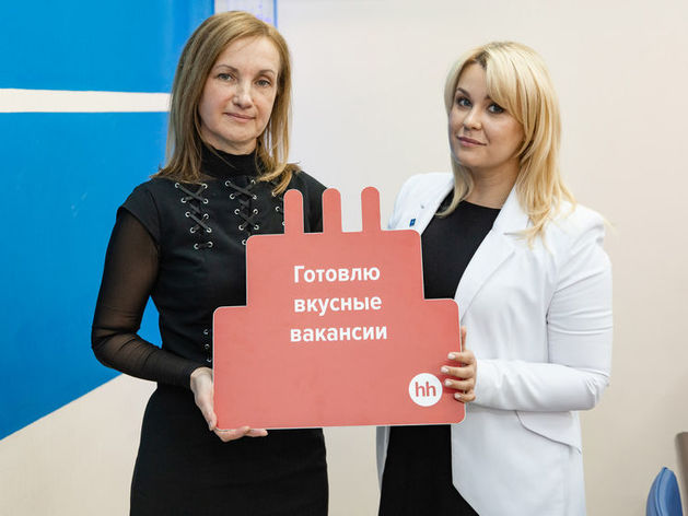 Валерия Тихонова, Юлия Маринина (справа)