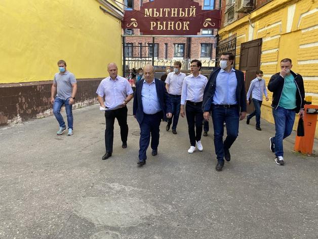 Глеб Никитин и чиновники во время визита на Мытный рынок